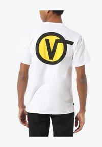 Vans - MN OFF THE WALL CLASSIC CIRCLE V SS - Print T-shirt - white - 1