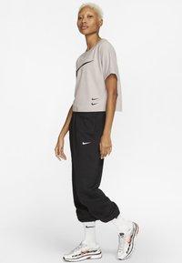 Nike Sportswear - Print T-shirt - silver lilac/black - 1
