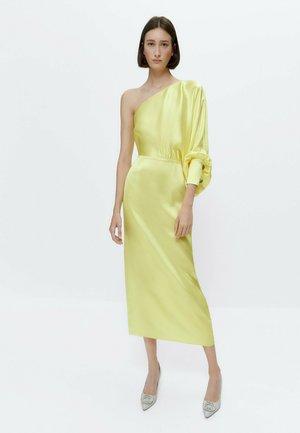 MIT AUSGEFALLENEN KNÖPFEN  - Cocktail dress / Party dress - yellow