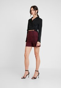 Lost Ink - BUTTON DETAIL - Shorts - burgundy - 1