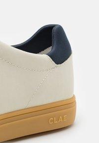 Clae - BRADLEY - Trainers - white cactus/navy - 5