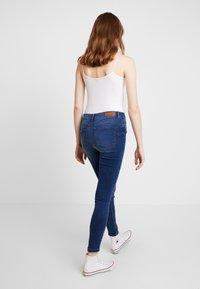 Vero Moda - VMSEVEN SHAPE UP - Jeans Skinny Fit - medium blue denim - 2