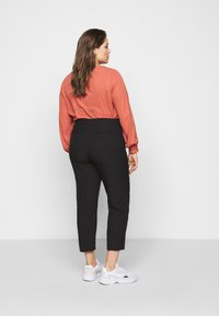 CAPSULE by Simply Be - ESSENTIAL TAPERED TROUSER - Trousers - black - 2