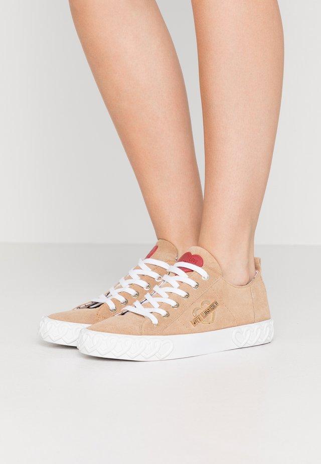 Sneakersy niskie - sabbia pomice