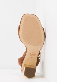 MICHAEL Michael Kors - PETRA ANKLE STRAP - Sandály na vysokém podpatku - luggage - 6