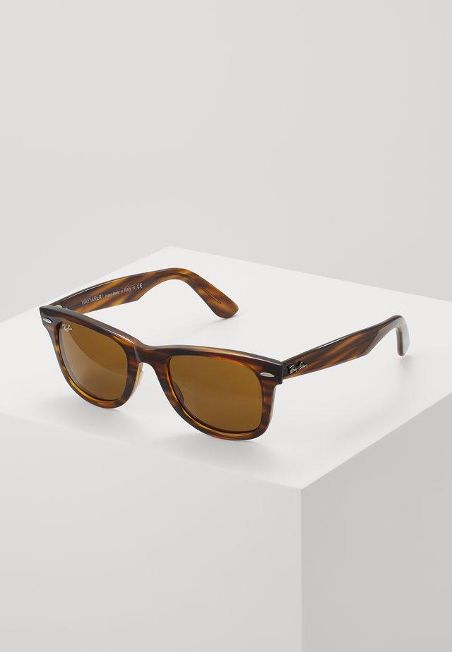 WAYFARER - Sluneční brýle - brown