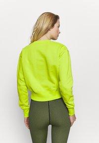 Champion - CREWNECK LEGACY - Sweatshirt - neon yellow - 2