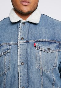 Levi's® Plus - BIG SHERPA TRUCKER - Veste en jean - blue denim - 5