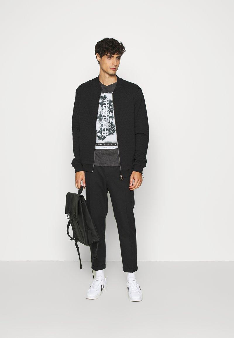 Q/S designed by - KURZARM - Print T-shirt - black