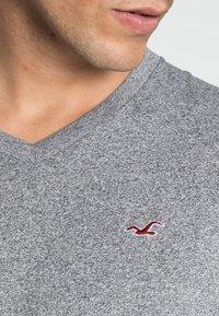 Hollister Co. - 5 PACK  - T-shirt imprimé - white/grey/red/navy texture/black - 8