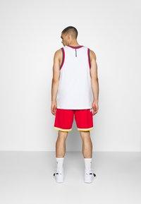 Mitchell & Ness - NBA SWINGMAN SHORT ROCKETS - Sports shorts - red - 2
