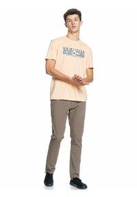 Quiksilver - DISTANT SHORES - Print T-shirt - apricot - 1