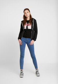 Vero Moda - VMFLANSA - T-shirt imprimé - black/pink bag - 1