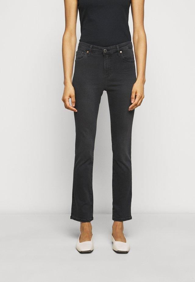 THE MARI SLIM STRAIGHT - Slim fit jeans - black denim