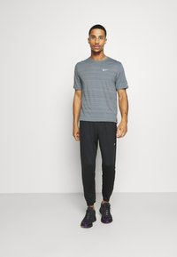 Nike Performance - MILER  - Camiseta estampada - smoke grey/reflective silver - 1