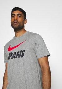 Nike Performance - PARIS ST GERMAIN TEE GROUND - Club wear - dark grey heather - 4