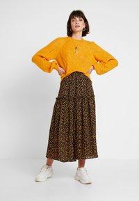 JUST FEMALE - FIJI SKIRT - Maxi skirt - black/yellow - 1