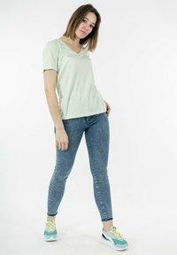 Superdry - Basic T-shirt - vert - 1