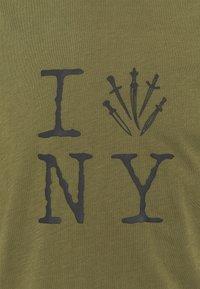 rag & bone - DAGGER NY TEE - Triko spotiskem - armygreen - 2