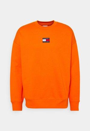 BADGE CREW UNISEX - Sweatshirt - magnetic orange
