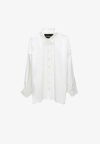 MIT GOLDFARBENEN DRUCKKNÖPFEN  - Button-down blouse - white