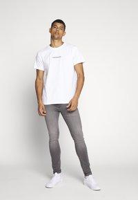 Calvin Klein Jeans - INSTIT CHEST TEE - T-shirt med print - bright white - 1