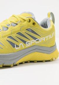 La Sportiva - JACKAL WOMAN - Trail running shoes - celery/kiwi - 5