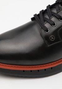 Tommy Hilfiger - LACE UP DERBY - Volnočasové šněrovací boty - black/princeton orange - 5