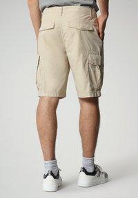 Napapijri - N-ICE CARGO - Shorts - natural beige - 1