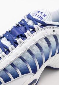 Nike Sportswear - AIR MAX TAILWIND IV - Sneakers - white/deep royal blue/wolf grey - 5