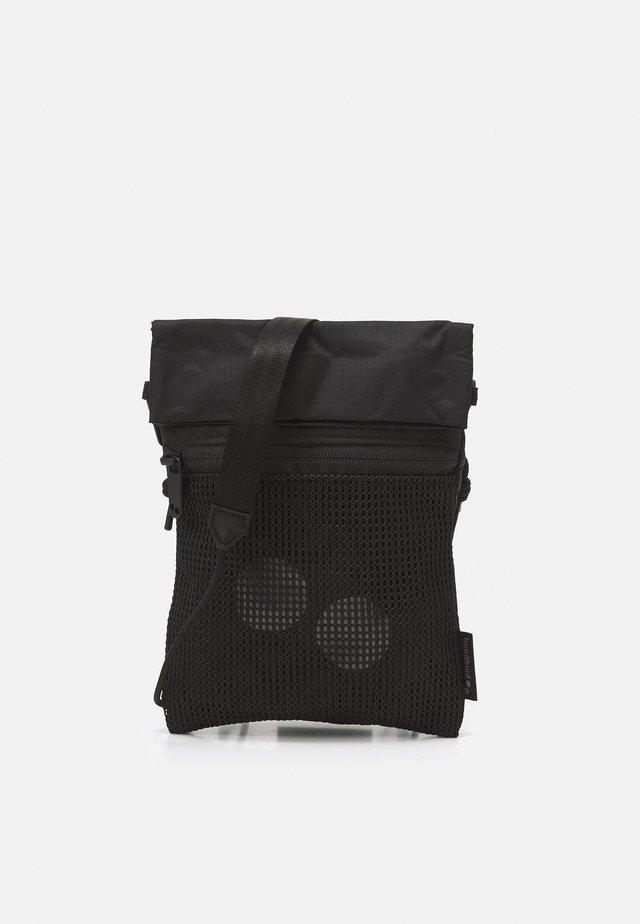 FLAK MEDIUM UNISEX - Rumpetaske - pure black