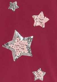 Blue Seven - KIDS SEQUIN STARS - Gebreide jurk - bordeaux - 2