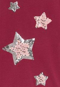 Blue Seven - KIDS SEQUIN STARS - Robe pull - bordeaux - 2