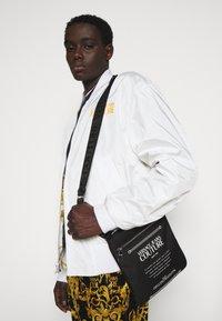 Versace Jeans Couture - UNISEX - Bandolera - black - 0