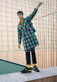 Nike Sportswear - SHOX TL - Sneakers - black/metallic silver/dynamic yellow - 6
