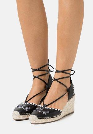 KAMINI MID EMBRO SIGNATURE  - Sandály na platformě - black