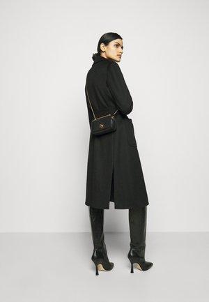 LIYA - Taška spříčným popruhem - noir