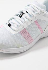 Kempa - ATTACK CONTENDER WOMEN - Käsipallokengät - white/pink - 5