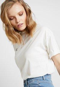 Moss Copenhagen - ELISA TOUR TEE - Print T-shirt - ice/black - 3