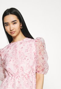 Missguided - FLORAL TIE BACK SMOCK DRESS - Cocktail dress / Party dress - pink - 3