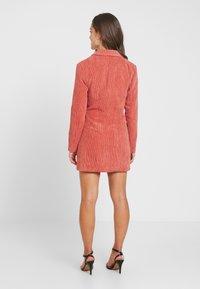 Missguided Petite - BUTTONED BLAZER DRESS - Denní šaty - coral - 3