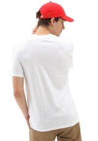 Vans - MN NEW VARSITY POCKET SS - T-shirt med print - white - 1