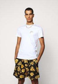 Versace Jeans Couture - T-shirt z nadrukiem - white - 0