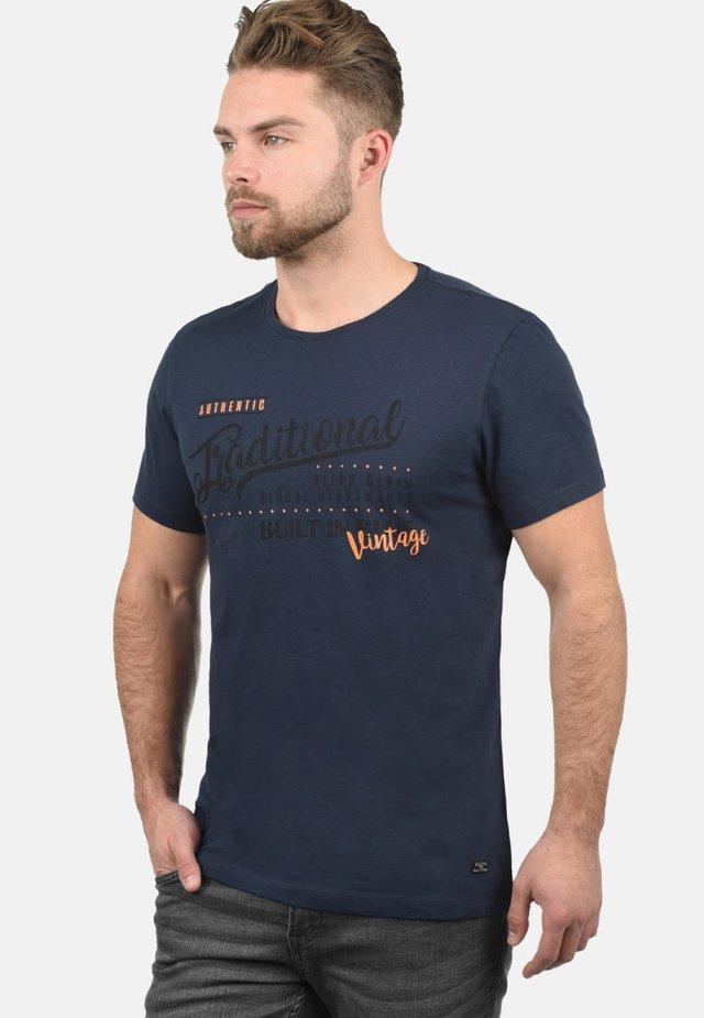 RUNDHALSSHIRT DOPPLER - T-shirt con stampa - dark blue