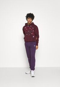Nike Sportswear - CLUB PANT - Pantalon de survêtement - grand purple/grand purple/white - 1