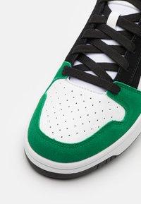 Puma - REBOUND LAYUP UNISEX - Sneakers hoog - black/white/green - 5