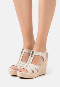 MICHAEL Michael Kors - BERKLEY WEDGE - Sandały na obcasie - pale gold - 0