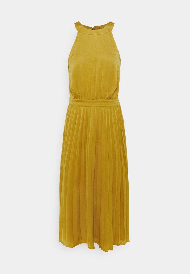 DANNA PLISSE DRESS GINTY - Denní šaty - curry yellow