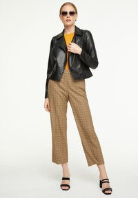 comma - MIT KAROMUSTER - Trousers - chocolate houndstooth - 1