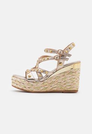 Korkeakorkoiset sandaalit - bronze